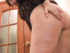 Стонущая толстая девушка кончила от мастурбации проворными пальцами