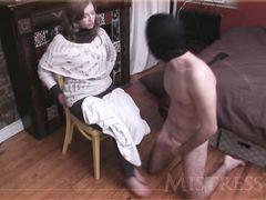 Голый муж раб в маске лижет ноги и ласкает киску жены через лосины