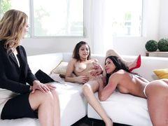 Зрелая мама присоединилась к дочке лесбиянке и ее девушке