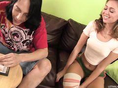 18-летняя девчонка трахается с другом брата на кожаном диване