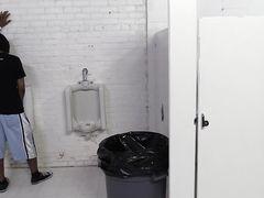 Неугомонная малышка пришла в мужской туалет потрахаться с неграми
