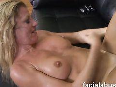 Симпатичная блондинка попала на жесткий секс с двумя мужиками