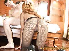 Тайская девушка в колготках послушно ебется с белым клиентом