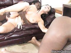 Белая девка лижет пизду негритянки пока ее трахает негр с большим членом