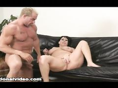 Накачанный красивый мужик трахает толстую бабу на полу