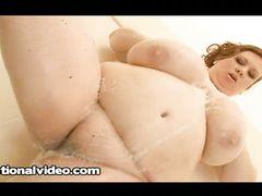 Тучная мокрая девушка с большими буферами мастурбирует в ванной