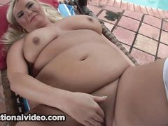 Жопастая толстая блондинка мастурбирует у бассейна черным дилдо