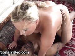 Блондинка с пышными формами пригласила для секса бритого негра