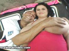 Огромная пузатая девушка трахается в машине за деньги с пикапером