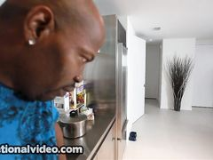 Пышнотелая брюнетка в чулках отсосала на кухне у черного парня