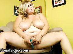 Разжиревшая белокурая девушка с вибратором занялась самоудовлетворением