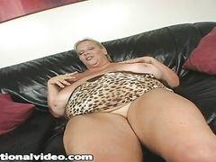 Огромная жирная баба с вибратором мастурбирует на кастинге