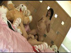Нежные тайские лесбиянки лижут друг другу писечки в спальне