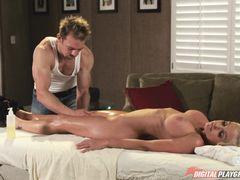 Счастливчик сделал массаж и трахнул блондинку с большими сиськами