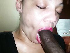 Чернокожая девушка строчит бойфренду минет от 1 лица
