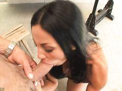 Грудастая красивая брюнетка занялась сексом с подкачанным ебарем