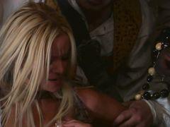 Сексуальные пиратки лесбиянки устроили БДСМ игры на корабле