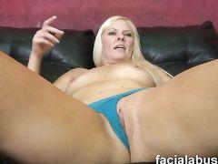 Жесткий секс с послушной блондинкой закончился спермой на лицо