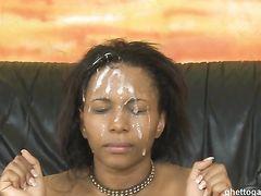 Жесткий секс втроем МЖМ с негритянкой закончился спермой на лицо