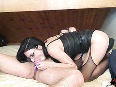 Женщина лижет задницу мужику и сосет его член
