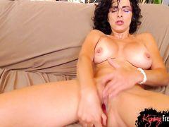 При помощи резинового члена женщина достигает мощного оргазма