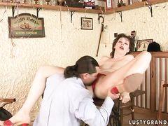Бабушка занимается сексом на кухонном столе