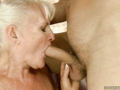 Пухлая старая блондинка прыгает на фаллосе кобеля