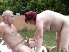 Любовник дрючит женщину в возрасте в саду
