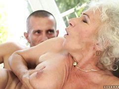 Старая бабушка кричит во время жаркого секса