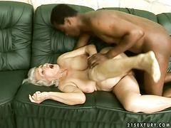 Горячий черный парень жарит старую женщину в разных позах