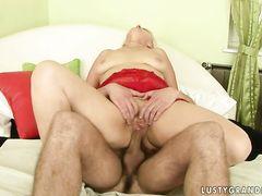 Жирная баба в красном пеньюаре ебется с молодым хахалем