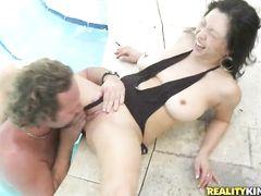 Зрелая азиатка в купальнике трахается на улице с пикапером