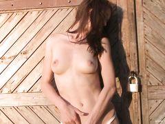 Деревенская девушка дрочит пизду вибратором на улице у гаража