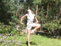 Привлекательная русская девочка позирует голой на улице