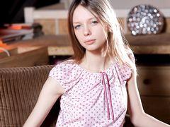 Эротическое соло 18-летней худенькой девушки с бритой пиздой