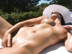 Загорелая юная девушка с идеальным телом мастурбирует на улице