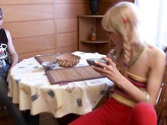 Настойчивый ловелас трахнула на столе 18-летнюю блондинку