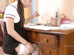 Малышка 18-ти лет сняла трусики и занялась мастурбацией вибратором