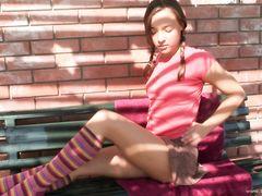 Примерная 18-летняя девочка с косичками дрочит письку во дворе