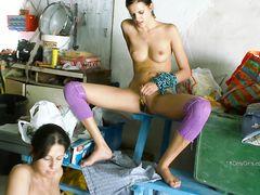 Молоденькие брюнетки лесбиянки занялись сексом в гараже