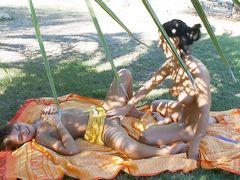 Массаж йони закончился страстным лесби сексом в парке