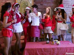 Пьяные лесбиянки из Праги устроили оргию на новогодней вечеринке