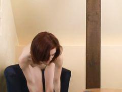 Рыженькая худая девушка кончила от мастурбации пальчиками