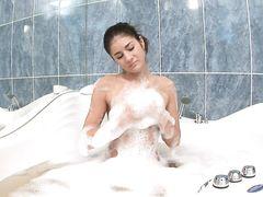 Прикольная худая девушка мастурбирует в пенной ванне