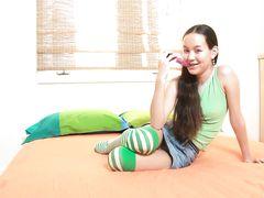 Миниатюрная 18 летняя азиатка с нулевым размером ласкает бритую писечку