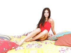 Худышка с красивой бритой киской занялась онанизмом в спальне