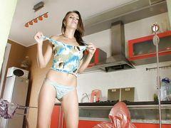 Худющая девушка в масле занялась мастурбацией на кухне