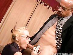 Зрелая секретарша в чулках соблазнила и трахнула своего начальника
