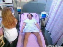 Зрелая грудастая медсестра в чулках перепихнулась с пациентом