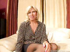 Бывалая зрелая блондинка в чулках трахается на приватном кастинге